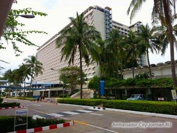 Вид на корпус Ambassador City Jomtien Ocean Wing 4* со стороны рынка