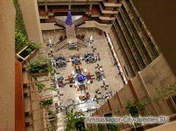 Фотогалерея Ambassador City Jomtien Ocean Wing: вид на холл и стойку администраторов с верхнего этажа