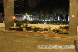 Фотогалерея Ambassador City Jomtien Ocean Wing: перед выходом из корпуса на первом этаже - минисад
