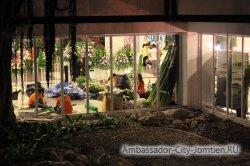Фотогалерея Ambassador City Jomtien Ocean Wing: вид на зал для конференций рядом с корпусом ночью