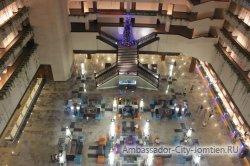 Фотогалерея Ambassador City Jomtien Ocean Wing: Новый год - круглый год! Елка на втором этаже корпуса Океан Винг