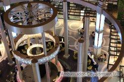 Фотогалерея Ambassador City Jomtien Ocean Wing 4*: декоративная конструкция над рестораном и сценой на первом этаже гостиницы