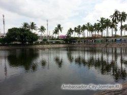 Фотогалерея Ambassador City Garden Wing 3*: вид на пруд перед отелем - 1