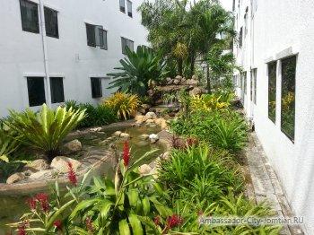 Вид из окон корпусов отеля Ambassador City Inn Wing