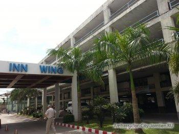 Вход в корпус Inn Wing со стороны стоянки на территории Амбассадор Сити