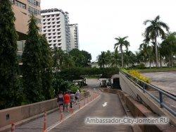 Фотогалерея Ambassador City Marina Tower Wing 3*: съезд к главной улице на территории отеля