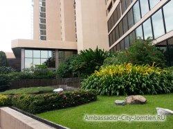 Фотогаллерея отеля Ambassador City Marina Tower Wing 3*: клумба у основного входа в корпус