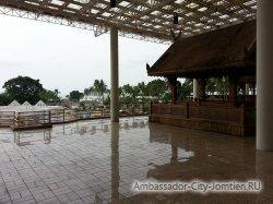 Фотогалерея Ambassador City Marina Tower Wing 3*: на общем балконе отеля