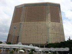 Фотогалерея Ambassador City Marina Tower Wing 3*: вид на корпус со стороны моря (у большого бассейна)