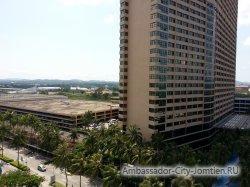 Фотогалерея Ambassador City Marina Tower Wing 3*: вид на корпус из окна отеля Ocean и вертолетная площадка на крыше автостоянке