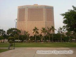 Фотогалерея Ambassador City Marina Tower Wing 3*: вид на корпус со стороны большого бассейна у океана