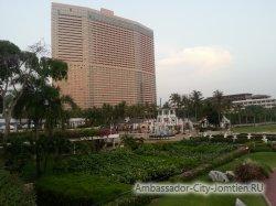 Фотогалерея Ambassador City Marina Tower Wing 3*: вид на корпус со стороны большого балкона с бассейном на втором этаже корпуса Ocean