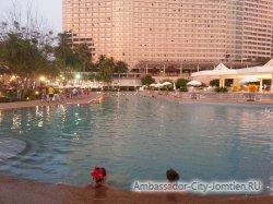 Фотогалерея Ambassador City Marina Tower Wing 3*: вид на корпус вечером со стороны центрального бассейна