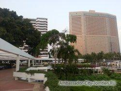Фотогалерея Ambassador City Marina Tower Wing 3*: другой вид на корпус со стороны большого балкона с бассейном на втором этаже корпуса Ocean