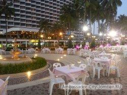 Фотогалерея Ambassador City Jomtien Ocean Wing 4*: вид на корпус вечером от центрального бассейна