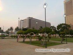 Фотогалерея Ambassador City Jomtien Ocean Wing 4*: вид на корпус вечером со стороны корпуса Ambassador