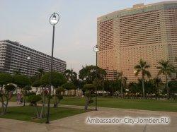 Фотогалерея Ambassador City Jomtien Ocean Wing 4*: вид на корпуса Tower и Ocean вечером со стороны корпуса Ambassador