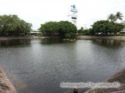 Фотогалерея Ambassador City Garden Wing 3*: вид на пруд перед отелем - 2