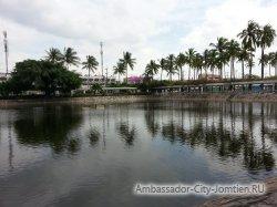Фотогалерея Ambassador City Garden Wing 3*: вид на пруд перед отелем - 4