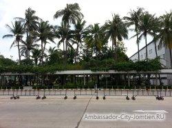 Фотогалерея Ambassador City Garden Wing 3*: вид от корпуса на центральную улицу отеля