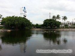 Фотогалерея Ambassador City Garden Wing 3*: вид на пруд перед отелем - 3