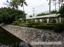Фотогалерея Ambassador City Garden Wing 3*: небольшая аллея за прудом