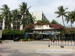 Фотогалерея Ambassador City Garden Wing 3*: вид на отель со стороны центральной улицы комплекса