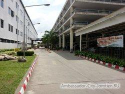 Фотогалерея отеля Ambassador City Inn Wing 2*: центральный вход напротив автостоянки и вертолетной площадки