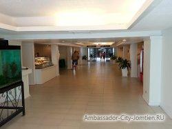 Фотогалерея отеля Ambassador City Inn Wing 2*: интерьер внутри (проход между корпусов)