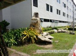 Фотогалерея отеля Ambassador City Inn Wing 2*: ландшафтный дизайн у первого корпуса