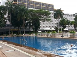 Фотогалерея отеля Ambassador City Jomtien Ambassador Wing 2*: вид на корпус со стороны большого центрального бассейна