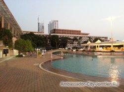 Фотогалерея отеля Ambassador City Jomtien Ambassador Wing 2*: ночной вид со стороны большого бассейна на корпус