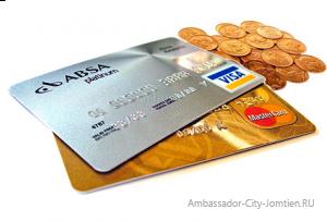 Деньги и пластиковая карта для поездки на отдых