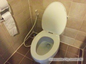 Унитазы, смыв и туалетная бумага в номерах отеля Ambassador City Jomtien