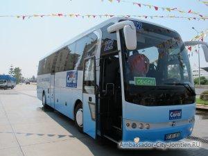 Автобус, на котором туристы осуществляют поездку в свой отель (трансфер) из аэропорта Юангкока на примере Coral Travel-Sunmar