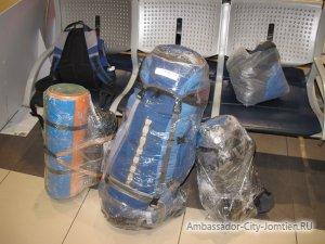 Самостоятельная упаковка багажа: чемоданы в пленке