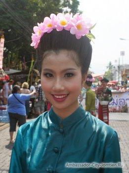 Общение туристов с тайцами на английском и тайском языках