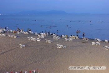 Пляж Ambassador City Jomtien ночью