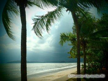 Вид на море в Тайланде во время сезона дождей