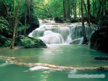 Водопад по дороге на реку Квай, Канчанабури, Тайланд