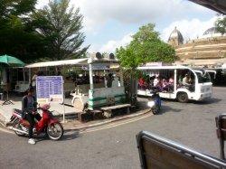 Кхао Кхео: на таких гольф-карах возят туристов по зоопарку во время экскурсии
