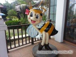 Big Bee: а эта пчелка встретит туристов на входе в основное здание