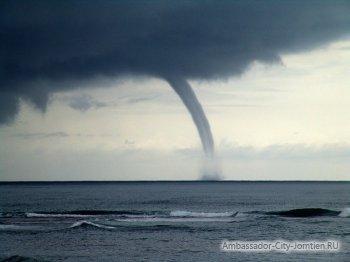 Смерч в Паттайе 3 октября 2014 года наблюдали на пляже Джомтьен