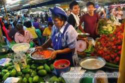 Ночной рынок Паттайи на улице Теппразит