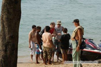 Гидроцикл покалечил туристов на пляже Паттайи