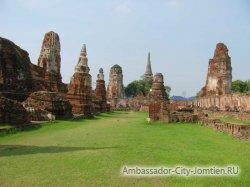 Туристов в Таиланде будут судить за неподобающее поведение в храме