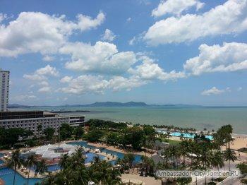 Вид на курорт Паттайя (Тайланд) в районе пляжа Джомтьен из окна гостиницы Ambassador City Jomtien